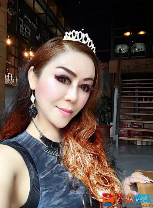 加拿大华裔女歌手刘紫韵肖像荣登中国邮政贺卡