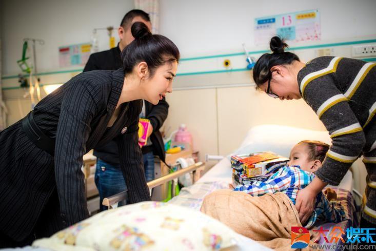 黄奕医院探望意外伤害儿童 目前已救助474位