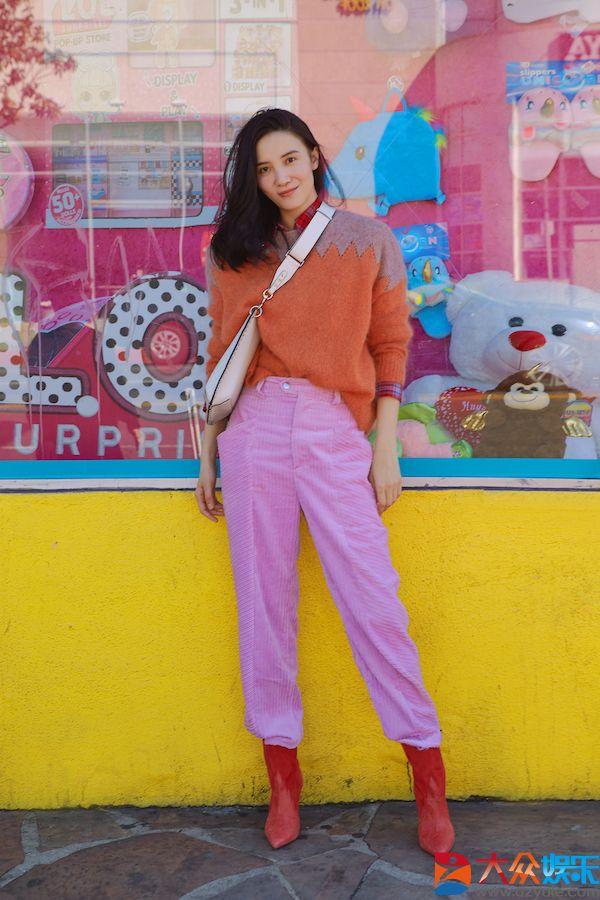 宋佳受邀前往巴黎时装周 早春暖色造型彰显时尚态度