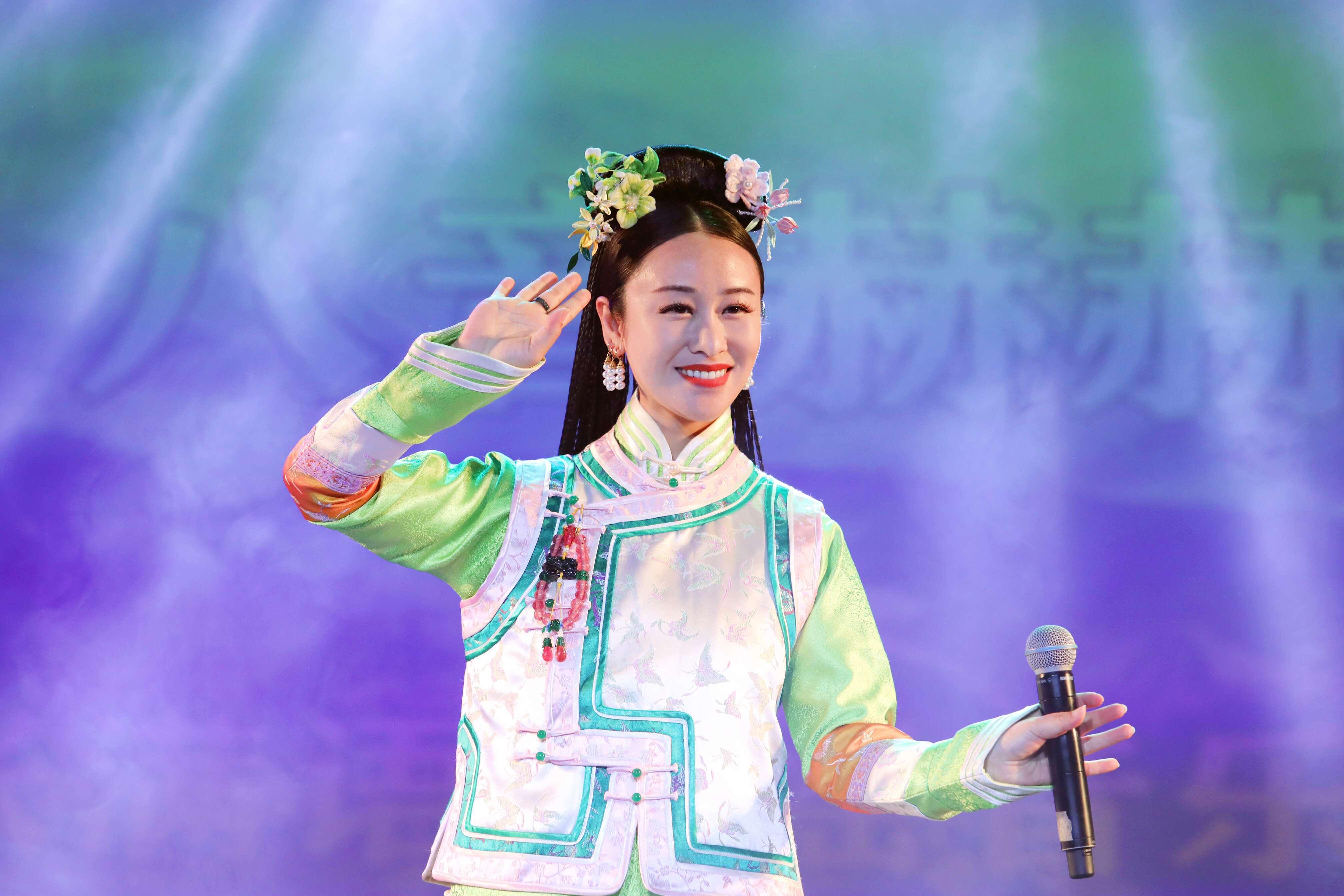 """满族歌手八音赫赫发布""""中国首张满语古谣音乐大碟"""""""