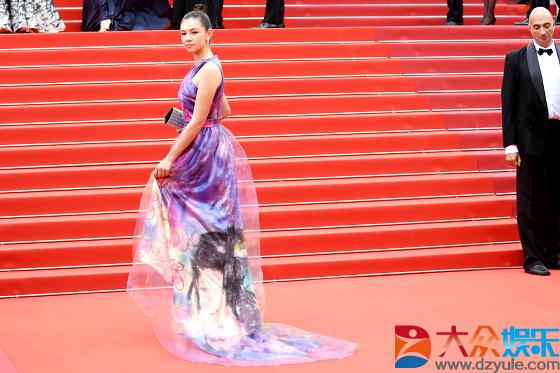 72届戛纳电影节开幕 新锐女演员Sophia Higgins亮相红毯