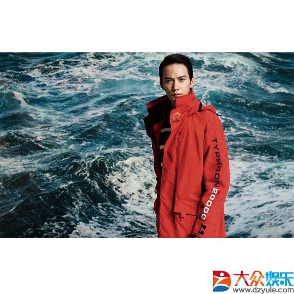 银河文娱游戏身着红色运动外套的他显得愈加幼稚有魅力