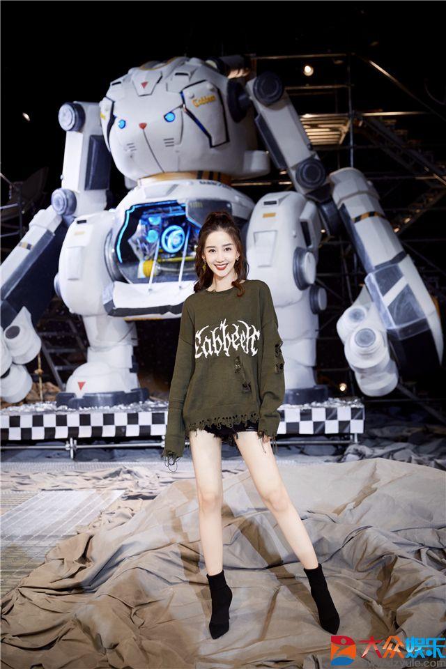 陈欣予受邀出席上海时装周闭幕秀 国潮盛宴变身超A酷女孩