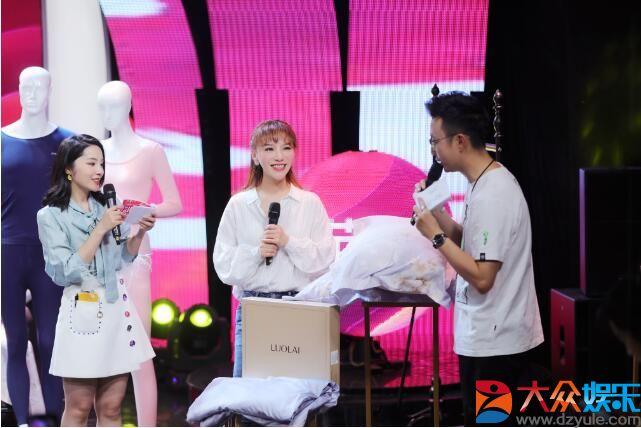 罗心妍亮相天猫服饰官方电台,双11买得爽直播盛典,分享时尚理念