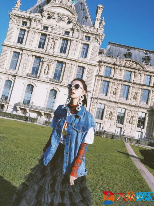 开启巴黎时装周之行 薇娅演绎时髦混搭造型