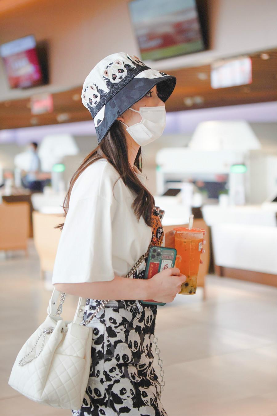 文竹机场街拍曝光 熊猫穿搭超抢镜